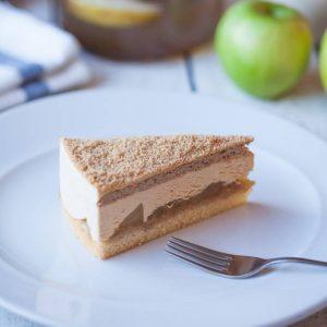 Торт с карамелизованными яблоками и муссом
