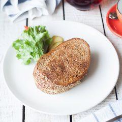 Сэндвич с рыбой собственного копчения на хлебе «Фитнес»