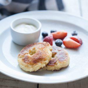 Творожные пончики со сметаной и сезонной ягодой