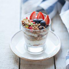 Гранола домашняя с йогуртом и сезонной ягодой