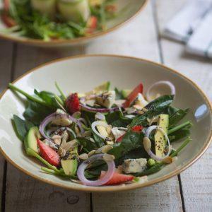 Салат со шпинатом, авокадо и голубым сыром