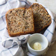 Банановый хлеб со сливочным маслом