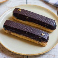 Эклер с шоколадом