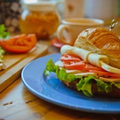 Сэндвич на круассане с куриной грудкой