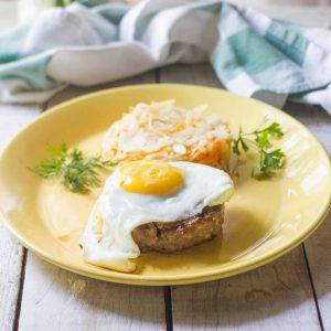 Бифштекс с яйцом и тушеной капустой