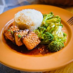 Семга с соусом терияки, рисом и брокколи