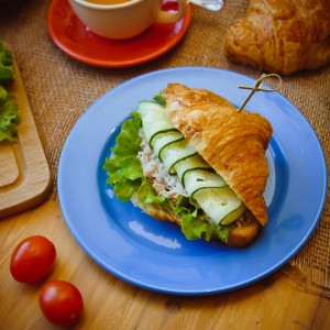 Сэндвич на круассане с тунцом и свежими овощами