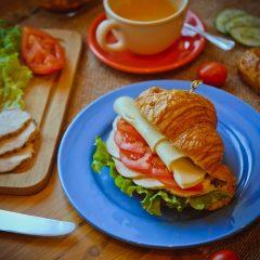 Сэндвич на круассане с курицей