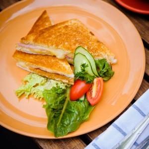 Сэндвич крок-месье с ветчиной и сыром