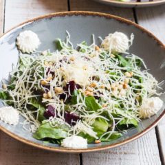 Салат из печеной свеклы с творожным сыром и соусом песто