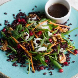 Салат с кальмаром и черным рисом
