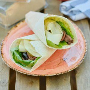 Салат с ростбифом в тортилье