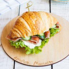 Сэндвич на круассане с лососем и творожным сыром