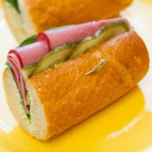 Сэндвич с ароматной говядиной на французском багете