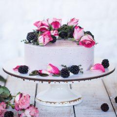 Торт сиреневый с ежевикой и розами