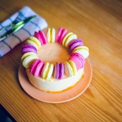 """Торт """"Облепиховый мусс"""", декорирован макарунами"""