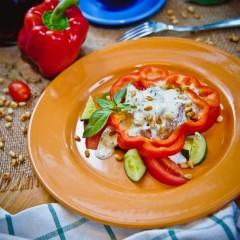Салат овощной с говядиной под мятным соусом