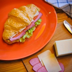 Сэндвич на круассане с ароматной говядиной и сыром