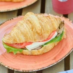 Сэндвич на круассане с филе индейки