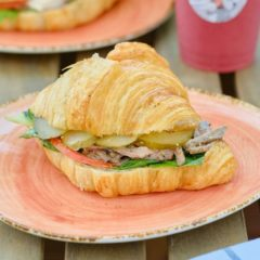 Сэндвич на круассане с ростбифом