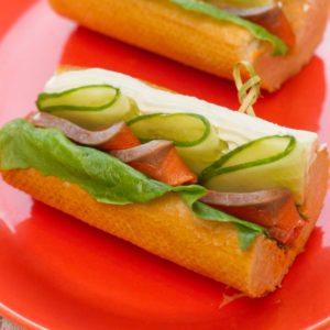 Сэндвич с малосольным лососем на французском багете